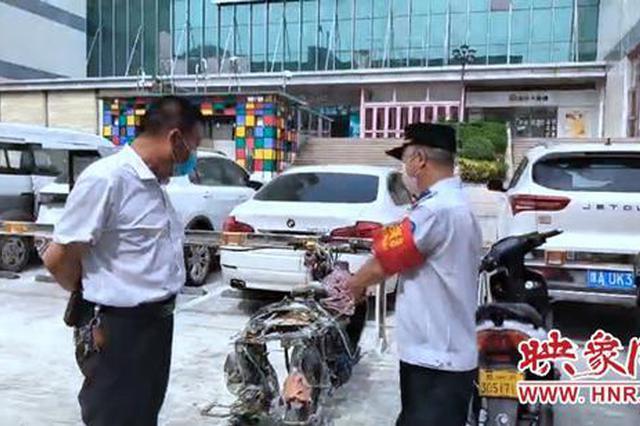 郑州一电动车街边充电突着大火 热心人紧急灭火扑救