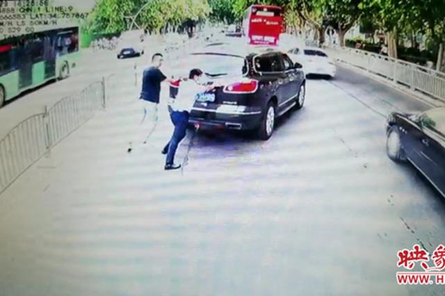 私家车路中出故障 郑州公交车长变身推车夫