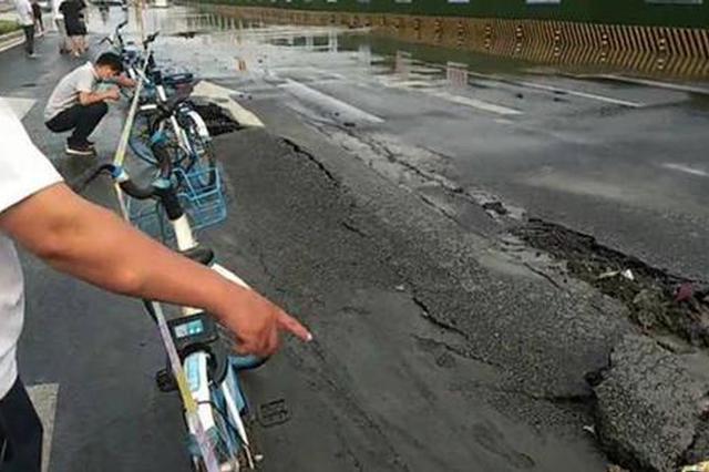 郑州突降大雨 快车道地面被离奇顶破 行人纷纷躲避