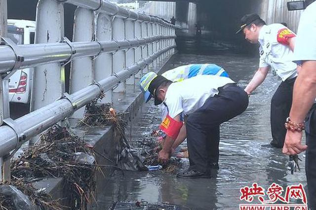 大雨突降郑州 马路瞬间被淹 巡防、环卫污清理堵塞物