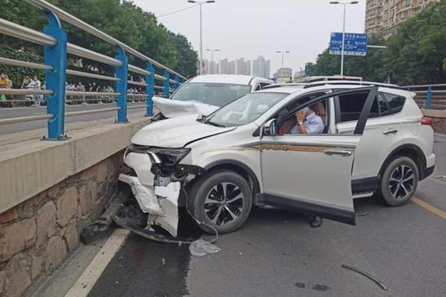重要!急打方向引发二次事故 三车受损严重 责任如何划分?