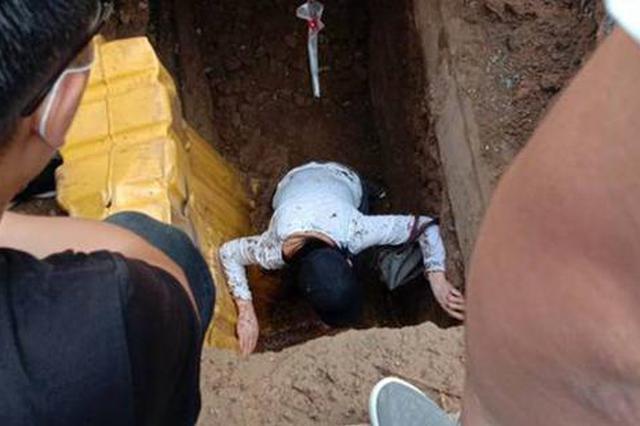 女子街头踏空掉入2米深坑被群众救出 目击者:为了躲车掉进坑