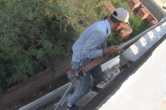建筑工人20多米高空粉墙仅绑一根绳子 路人看到另一端不淡定了