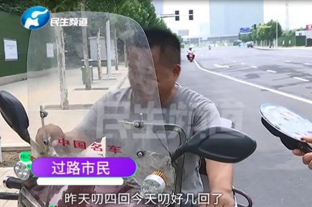 骑车正常行驶遭鸟儿叨头 这鸟为啥只追着男人下嘴?