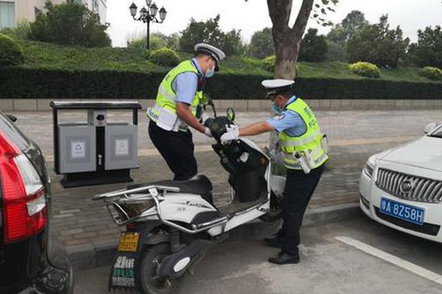保障高考 新密交警对部分路段实行交通管制