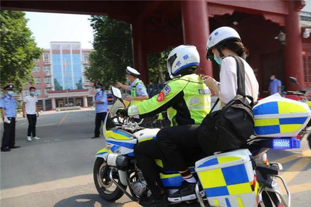 """高考首日上午 27名考生体验郑州交警""""风""""一样的帮助"""