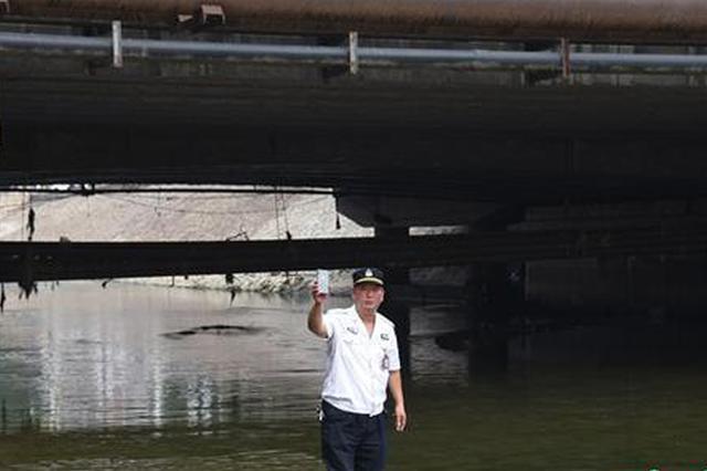 郑州金水河里捞出一部手机 想找机主却犯了难