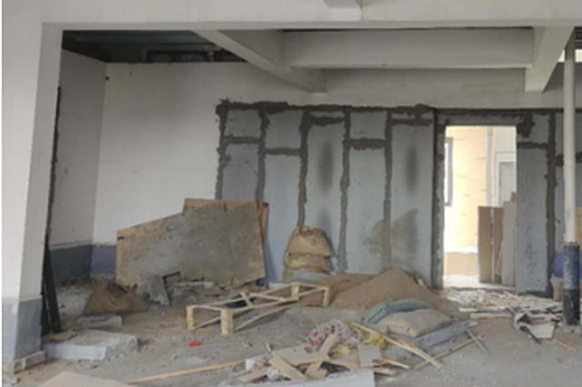 南阳名门国际小区顶楼被指违规加盖 城管执法局:将拆除