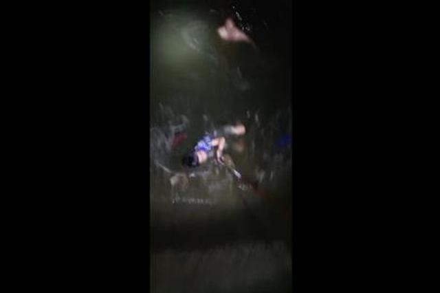 万幸!男孩滑进河奄奄一息时被钓鱼男子用网兜救出
