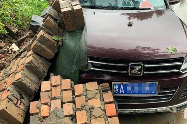车停路边被倒塌围墙砸坏 当地村委会负责人:可去法院起诉