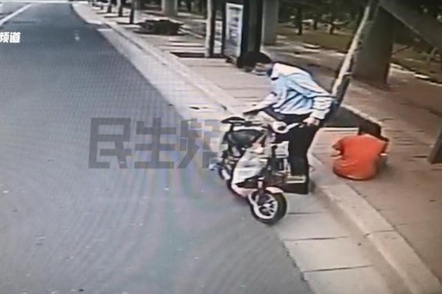 """女子路边摔倒大哭 车长紧急救助 """"剧情""""反转"""