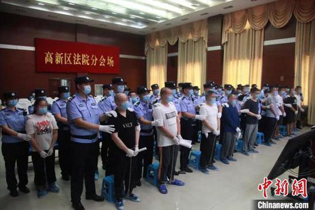 """成立""""排气道协会""""敲诈勒索 郑州19名被告人受审"""