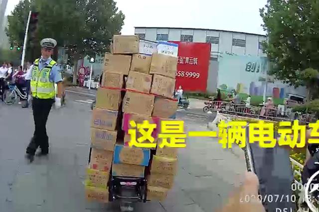 """郑州一电动车载34箱冰淇淋上路 """"神车炫技""""惊呆交警"""