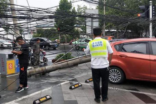 郑州一水泥罐车挂断线缆和4根水泥电线杆 4辆车被砸