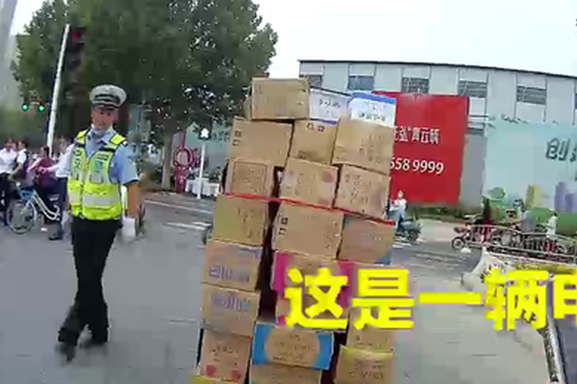 """""""大力神""""电动车载34箱冰淇淋上路 神车炫技惊呆交警"""