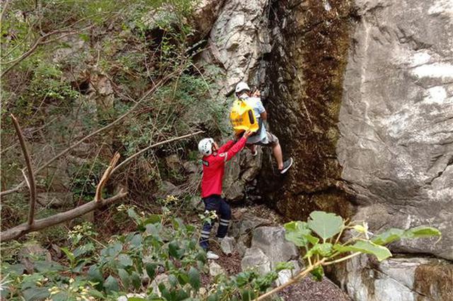 男子带12岁娃探险嵩山被困 救援队凭十秒视频定位救人