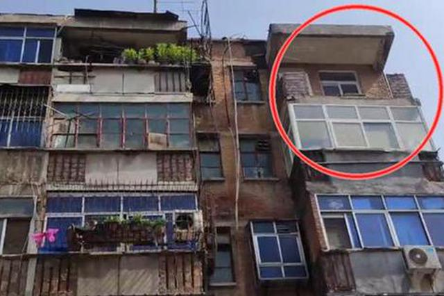 郑州6楼阳台水泥板脱落砸穿楼下屋顶 一楼居民:差点命都没了