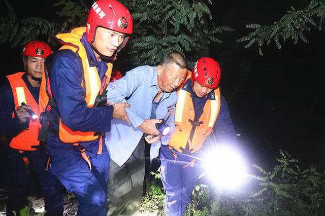 焦作消防抗洪突击队连夜疏散群众221人 贴心给伤者包扎伤口