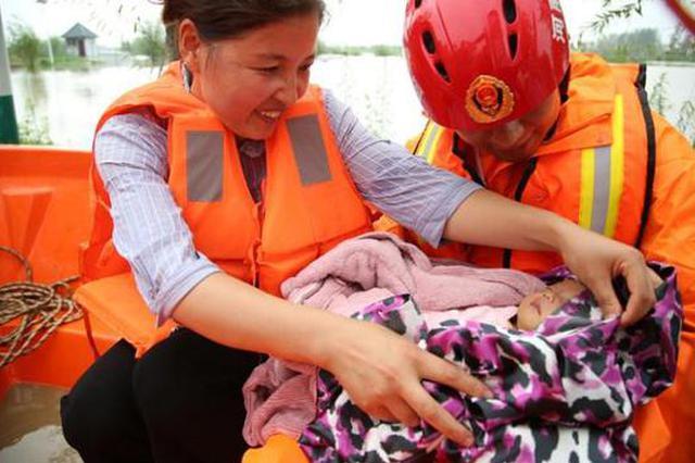 """两月大婴儿生病急需就医 河南消防员化身""""超级奶爸""""全程护送"""