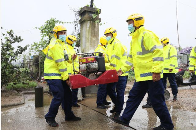 河南援皖消防员在灾区排涝、义诊 当地居民点赞