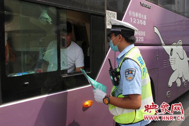 """杜绝""""带病上路"""" 郑州交警开展营运车辆安全隐患排查"""
