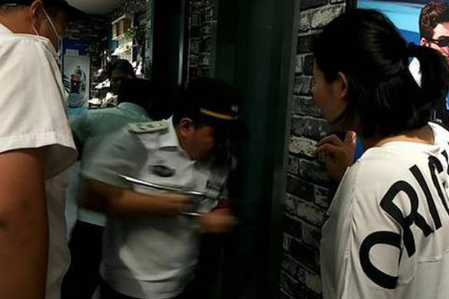 """郑州男童将自己反锁试衣间 消防""""1秒""""开门后都笑了"""