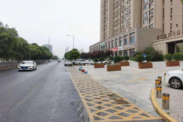 咋回事?郑州街道路面修好一年 却迟迟不画标志标线