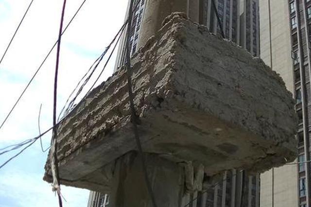 """街头线杆""""长出""""几百斤水泥疙瘩,市民担心突然坠落""""砸人砸"""