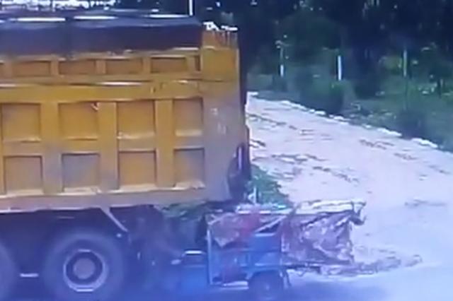 大爷骑电三轮 拉着一家五口径直撞上货车 事故瞬间画面曝光