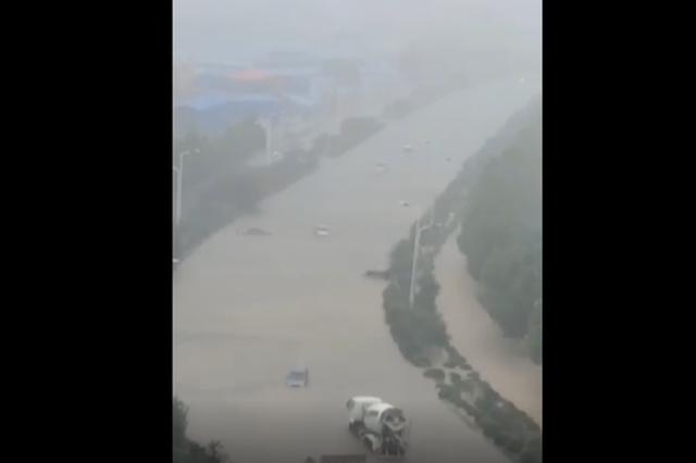 """暴雨实况!市民在马路上潜泳 新乡多条路进入""""看海""""模式"""