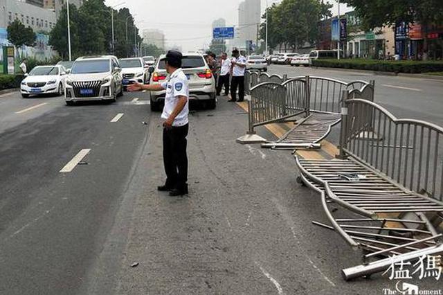 将油门当刹车 郑州一宝马车撞破隔离栏冲进对面车道