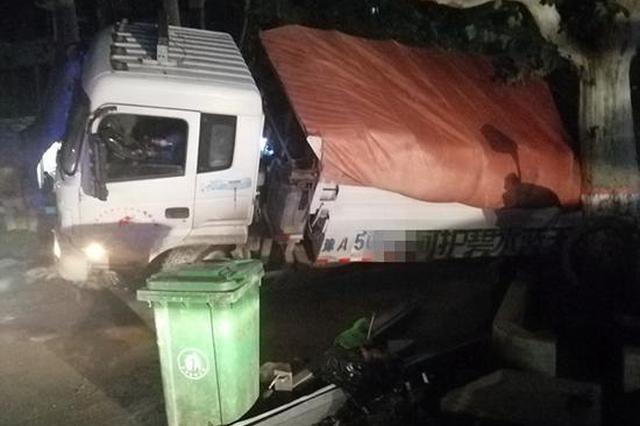大货车深夜突陷深坑 多亏这棵树货车司机逃过一劫