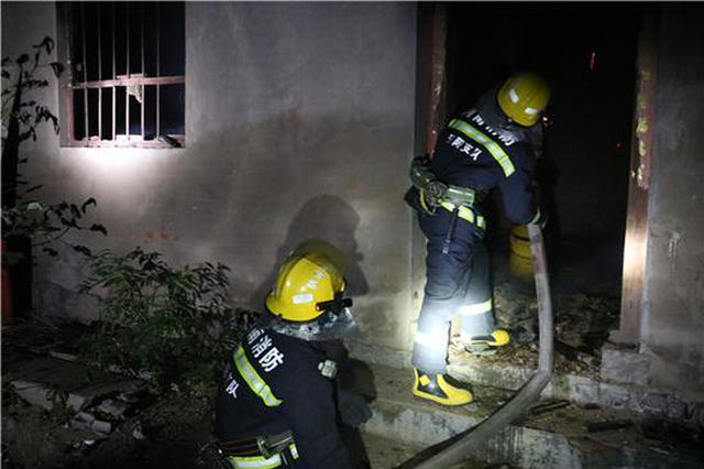 汤阴独居老人客厅抽烟睡着引发火灾 众人凌晨救援