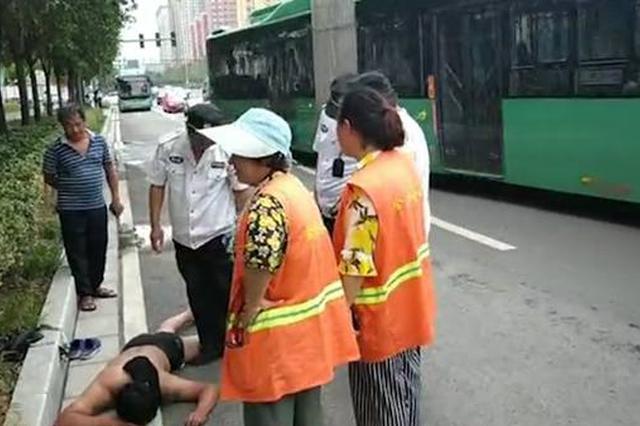 裸身小伙醉卧快车道惊险酣睡 殊不知两名环卫工救其一命