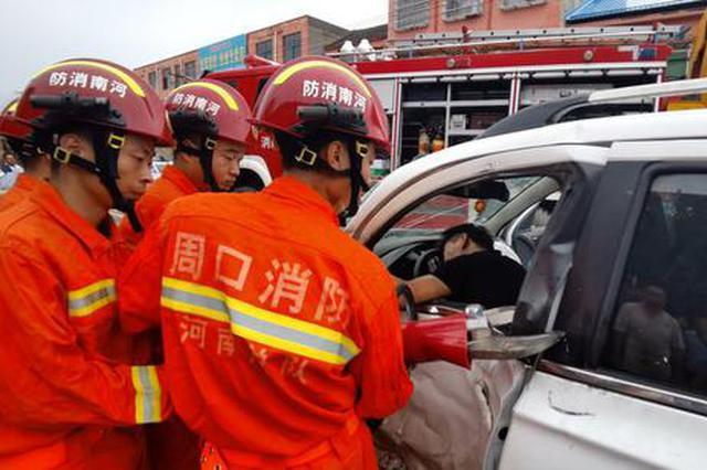 河南周口:凌晨突发一起车祸 消防人员成功救出两人