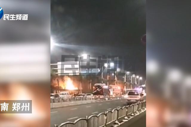 郑州工地生活区内满载煤气罐的货车着火 火苗窜出三米高