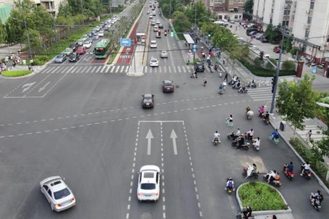"""大胆走!郑州道路设置有""""直行等待区"""" 红灯也敢走"""