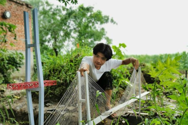 河南农村一大学生在自留地里建高铁红遍全国