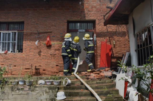 信阳一居民家中发生爆燃 厨房屋顶被掀翻(图)