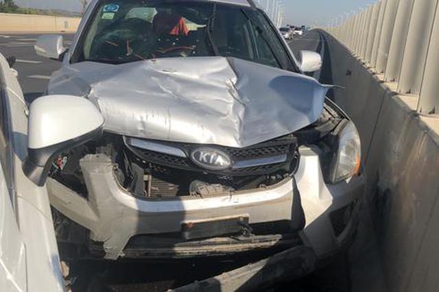郑州高架桥两车发生事故 车损严重 疑似后车驾驶员跑神