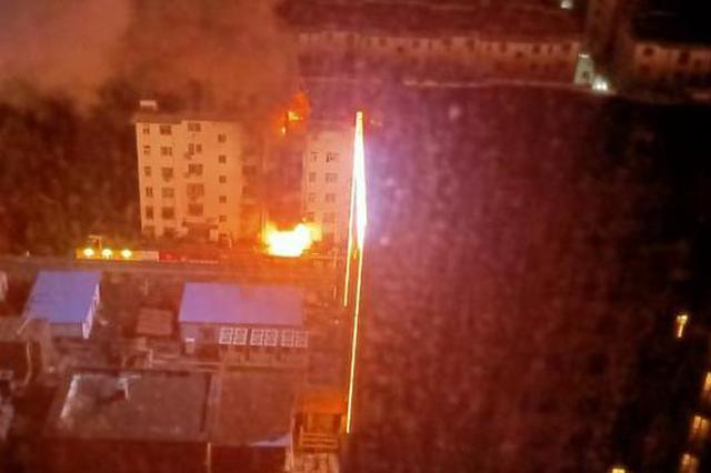 郑州小区楼下饭店凌晨着火殃及楼上 一患重病老人被紧急转移