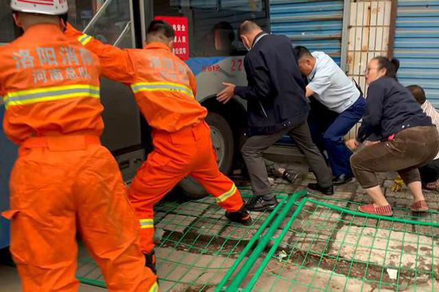 洛阳一公交养护时意外溜车 司机右腿被卷进车轮