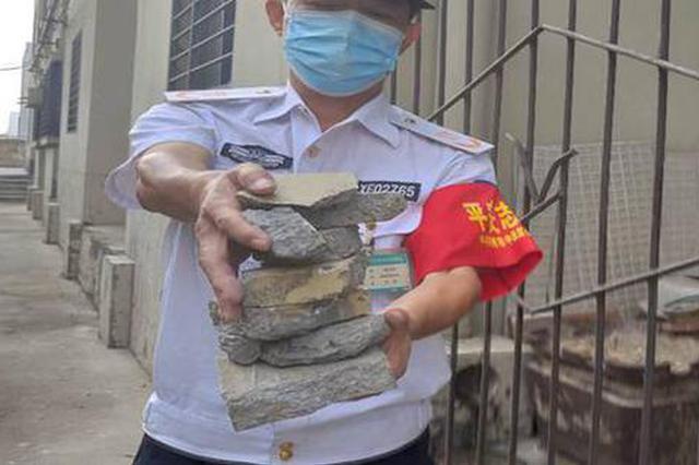 郑州雨夜窗外一声巨响吓坏居民 大块水泥从楼顶脱落