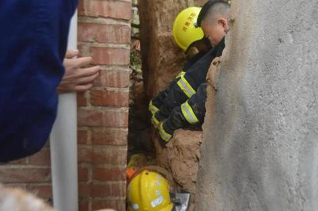 洛阳女子寻狗被困墙缝 消防员紧急救援