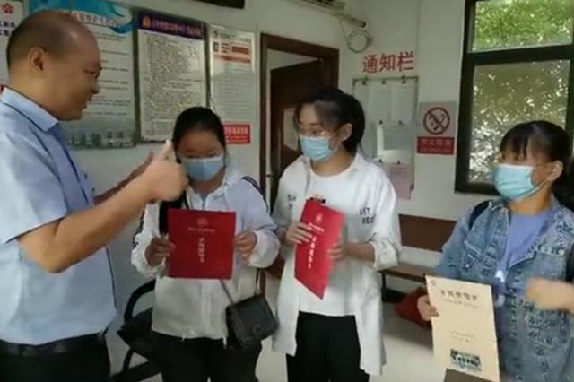 郑州3名聋哑女孩丢失录取通知书 无言的方式感谢车长