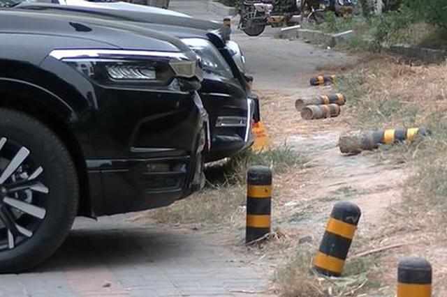 人行道乱停车导致隔离桩被撞倒 郑州市民:损坏公物