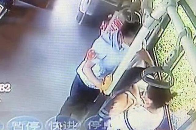 郑州公交车上一婴儿哭闹不止妈妈喂奶尴尬 乘客:我帮你挡着