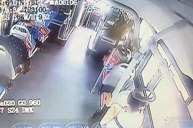 郑州婴儿公交上哭闹 妈妈喂奶尴尬 司机:我帮你挡
