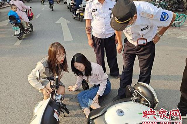 郑州女子骑电动车直行遭右转车辆撞倒 当场痛哭不止