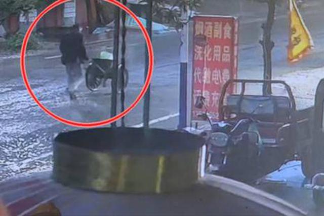 雨夜男子被三轮车撞飞 眼看要遭遇二次碾压 被机敏村民拦车救